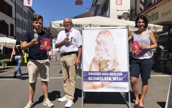 Lucio Sansano, Präsident der Jungfreisinnigen BL, mit FDP-Parteipräsidentin Saskia Schenker und dem höchsten Baselbieter Heinz Lerf